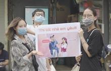 Thí sinh hạnh phúc nhất hôm nay: Được bạn bè mang hẳn poster to đùng đến cổng trường thi, quan trọng là ảnh không hề dìm!