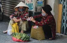 Ảnh: Xót xa những phận đời chật vật mưu sinh trong những ngày giãn cách xã hội ở Sài Gòn