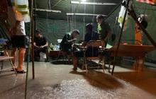 Xót xa hình ảnh chiến sĩ công an dầm mưa tại chốt phòng dịch Covid-19: Những bữa cơm ăn vội, mưa xối trên đầu và nước ngập dưới chân