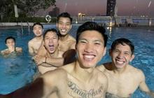 Tuyển Việt Nam thư giãn ở bể bơi sau trận thắng Malaysia