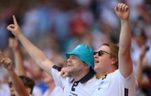 CĐV Anh gặp chấn thương nặng sau cú ngã từ trên khán đài khi xem Euro