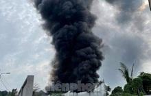 Lửa bùng phát dữ dội làm đổ sập nhà xưởng rộng hơn 200m2