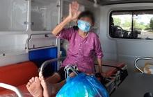 Cụ bà 79 tuổi chiến thắng Covid-19, rạng rỡ vẫy tay chào các y bác sĩ ngày xuất viện