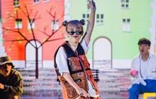 """Hậu Hoàng diện kính swag cực bựa thi nhảy, netizen kiểu: """"'Vitamin vui vẻ' của show đây rồi!"""""""