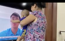 Xúc động hình ảnh con trai Duy Mạnh sà vào màn hình tivi ôm lấy bố