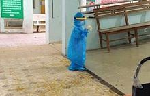 Nhói tim bé trai 5 tuổi ôm đồ rời khu cách ly đi điều trị Covid-19