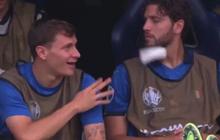 """Rảnh rỗi không có gì làm, sao tuyển Ý ném băng gạc vào đồng đội, nhận ngay """"cái kết đắng"""""""