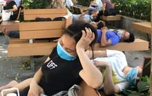 Ảnh: Người thân bệnh nhân nằm vật vờ tại bệnh viện Bạch Mai dưới cái nóng gần 50 độ C