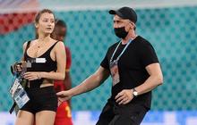 Người đẹp với vòng 1 ná thở chạy vào phá ngang trận đấu Euro 2020, dòng chữ trên áo gây chú ý không kém