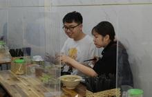 Ảnh: Sau gần 1 tháng, dân công sở lại được thảnh thơi ăn quán, uống cà phê vào giờ nghỉ trưa