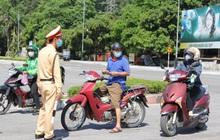 """Ảnh: Lực lượng công an """"phơi mình"""" dưới nắng 40 độ để chốt phòng chống dịch"""