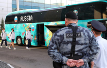 Bị loại xấu hổ tại Euro 2020, đội tuyển Nga lủi thủi về nước trong vòng vây của 5 xe cảnh sát