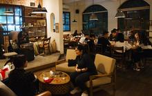 Giới trẻ Hà Nội đổ vào các quán cà phê trú mưa: Đã 1 tháng rồi mới thấy quang cảnh này!