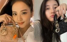 Đặt 2 cô Đại sứ Dior lên bàn cân: Jisoo - Suzy cùng tạo dáng bên mẫu túi hot hit, mỗi người 1 style nhưng bạn ưng ai hơn?