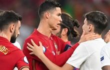 """Đánh liều lẻn vào sân, """"fan cuồng"""" được Ronaldo nựng má cưng xỉu: Biểu cảm của chàng trai chứng minh CR7 vĩ đại thế nào"""
