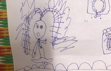 """Bé gái 4 tuổi vẽ tranh tặng mẹ, thành quả """"fail lòi"""" toàn tập, nghe lý giải đến mẹ cũng phải ngượng chín mặt"""