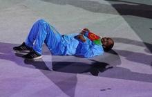 """Lễ khai mạc Olympic dài như """"Cô dâu 8 tuổi"""", vận động viên chán nản nằm, bò ra sân"""