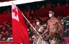 Nam thần xứ Tonga làm điên đảo mạng xã hội với màn cởi trần khoe body cơ bắp bóng nhẫy tại lễ khai mạc Olympic 2020