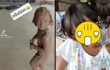 Cha mẹ chết lặng khi thấy con gái lấm lem bùn đất, biểu cảm sau khi tắm rửa khiến cả gia đình cười nắc nẻ