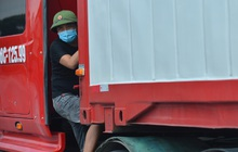 Hà Nội: Chốt kiểm dịch cầu Phù Đổng thông thoáng, nhiều tài xế xe đường dài phải ăn mì tôm 2 ngày chờ qua chốt