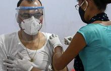 Người đàn ông phấn khởi đi tiêm vaccine COVID-19, ai ngờ bị lừa tiêm thuốc triệt sản