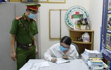 """Hà Nội: Xử phạt ba cô gái xuất trình """"giấy thông hành"""" của công ty cầm đồ để ra ngoài"""