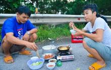 """Tài xế container nấu ăn bên lề đường, chờ giấy thông hành để vào Hà Nội: """"Tôi bị kẹt ở đây 5 ngày rồi chưa chuyển hàng được"""""""