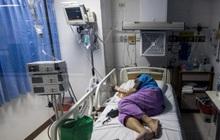 Bệnh viện Thái Lan quá tải, bãi đỗ xe thành nơi cấp cứu bệnh nhân Covid-19