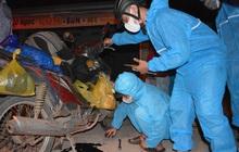 """""""Biệt đội áo xanh"""" xuyên đêm sửa xe miễn phí, tiếp sức cho người dân chạy xe máy từ TP.HCM về quê"""