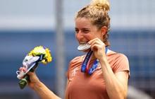 Hành động vận động viên nào cũng làm khi giành huy chương tại Olympic, và đây là lý do đằng sau