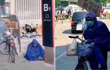 Thảm cảnh mưa lũ Trung Quốc: Cụ già mặc áo mưa ngồi cả ngày đợi con gái đã chết đuối ở ga tàu điện, tấm biển bên cạnh đầy xót xa