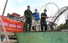 Ảnh: Hà Nội dựng hàng rào dây thép gai dọc đường Hồng Hà, phường Chương Dương
