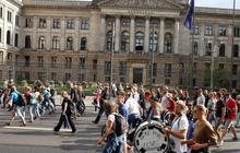 Biểu tình phản đối hạn chế xã hội và tiêm vaccine lan khắp châu Âu