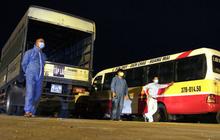 Cảnh tài xế trắng đêm chờ đón và hỗ trợ bà con đi từ miền Nam về quê tránh dịch Covid-19