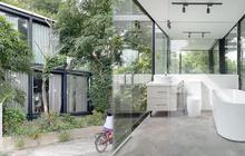 """Ngôi nhà """"trong suốt"""" bên bờ sông Đuống: Thay 75% tường bằng vách kính nhưng vẫn mát mẻ nhờ 3 thiết kế đặc biệt"""