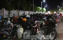 Hàng trăm người đi xe máy vượt ngàn km về tới chốt cầu Bến Thủy trong đêm