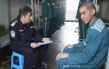 Rầm rộ ảnh Ngô Diệc Phàm đầu cạo trọc, mặc áo xanh tù nhân ngoan ngoãn ngồi trước mặt cảnh sát?