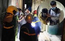 Cảnh sát nhường mặt nạ phòng độc, giải cứu 4 người mắc kẹt trong đám cháy