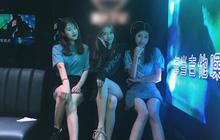 """Vừa xinh đẹp lại hát hay, """"hoa khôi"""" 13 tuổi của quán karaoke khiến các nữ đồng nghiệp đỏ mắt ghen tị, liên thủ lập mưu hại đời cô bé"""