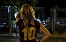 Fan Barca thức trắng đêm ngồi ngoài sân vận động lớn nhất châu Âu để ngóng tin Messi, không ai muốn nói với nhau một câu nào