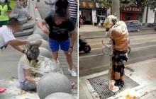 """Hủ tục """"náo hôn"""": Cô dâu chú rể cắn răng chịu đựng bị sỉ nhục, xúc phạm trong đám cưới của chính mình ở Trung Quốc"""