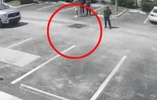 Nghe tiếng kêu cứu dưới cống, anh chàng thử nhìn xuống thì phát hiện người phụ nữ khoả thân, tư thế khiến cảnh sát nghi ngờ