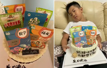 Mẹ đặt bánh sinh nhật hình bộ sách giáo khoa để mong con học giỏi, biểu cảm của cậu bé không ngoài dự đoán...