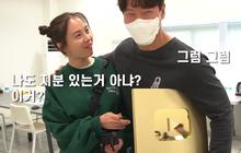 Jong Kook khoe nút Vàng, nút Bạc YouTube với hội Running Man nhưng chỉ Ji Hyo được hưởng đặc quyền