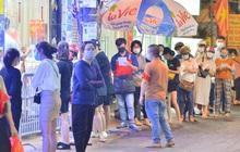 Ảnh: Hà Nội nới lỏng giãn cách, người dân xếp hàng đi mua bánh trung thu