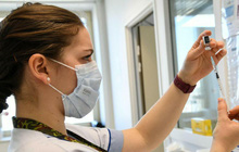 3.000 nhân viên y tế Pháp bị đình chỉ vì chưa tiêm vắc-xin COVID-19