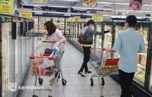 Ảnh: Người dân quận 7 vui mừng trong ngày đầu được đi siêu thị trở lại