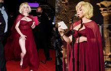 """Billie Eilish gây sốt với màn lột xác ở tiệc hậu Met Gala: Váy đỏ rực tôn vòng 1 chực trào, """"mất máu"""" hơn vì chi tiết ở đùi"""
