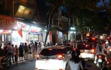 Hà Nội: Bảo Phương đóng cửa, người dân ùn ùn xếp hàng mua bánh trung thu ở các tiệm kế bên