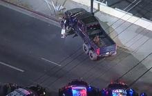 """Nghẹt thở cảnh truy đuổi """"quái vật"""" 6 bánh của cảnh sát Mỹ - Cái kết xót xa cho mẫu xe hàng hiếm"""